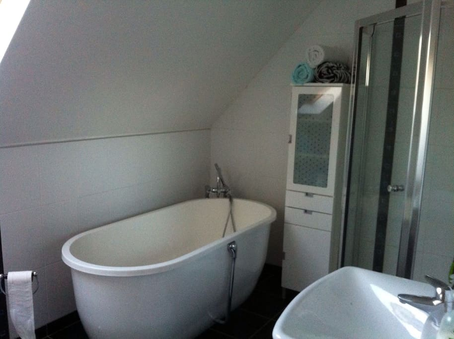 2nd/Shared bathroom