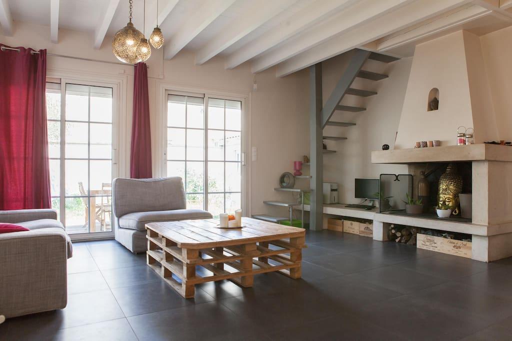 Le salon & l'escalier qui mène à la chambre.