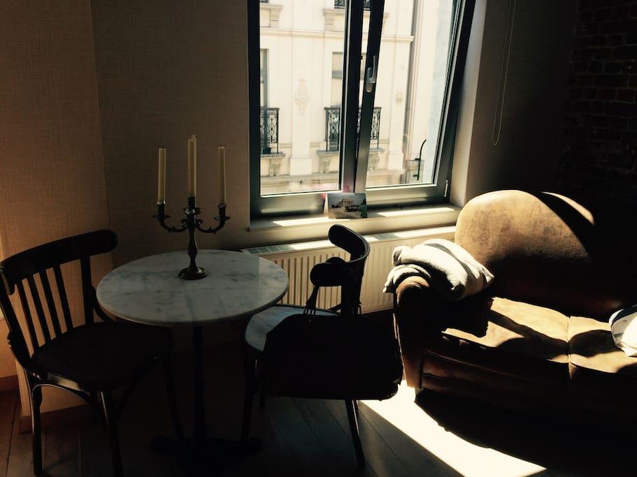 Tisch und Stühle passen auch auf den Balkon.