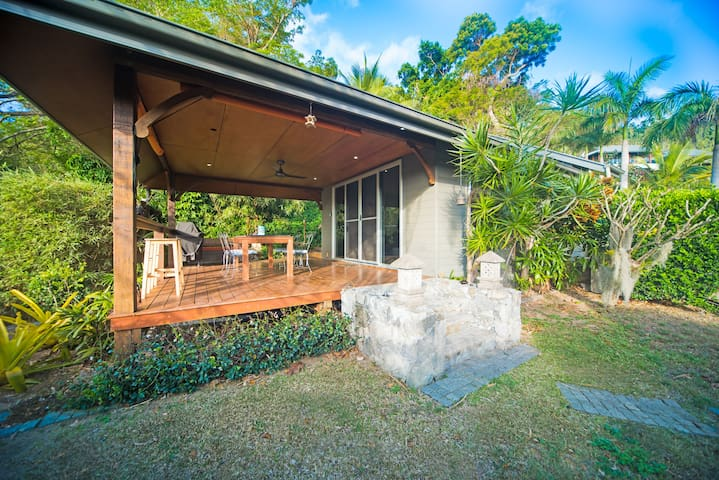 Airlie Beach-Private Cottage at the waters edge