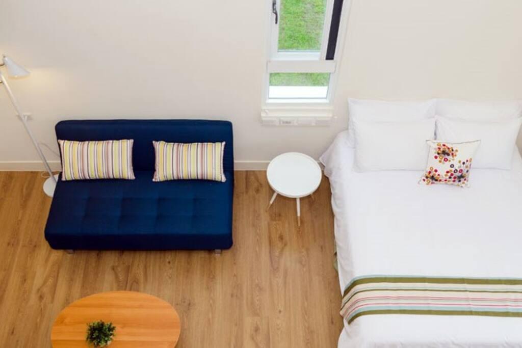挑高閣樓式套房,空間舒適不壓迫。  樓下雙人床x1  樓上雙人床x1