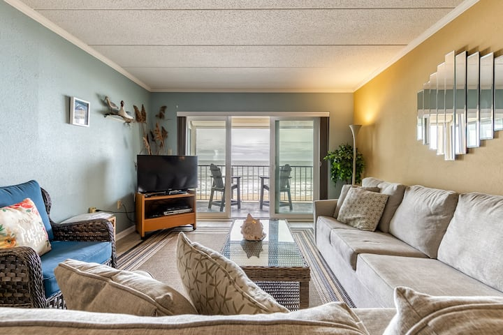 Cozy waterfront condo - mere steps to the beach and restaurants!