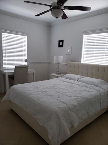 BEDROOM(1) QUEEN BED