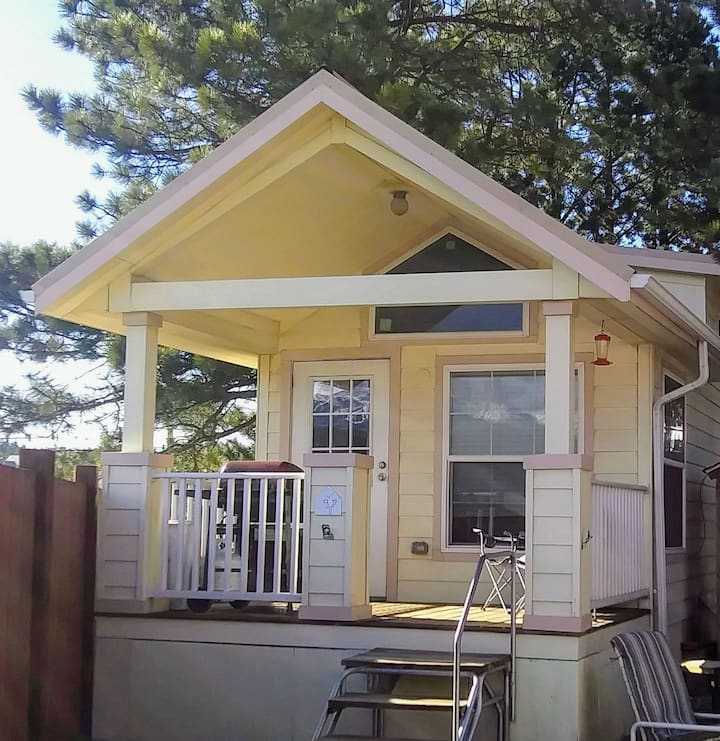 Cute and Comfy TinyHome with Pikes Peak View