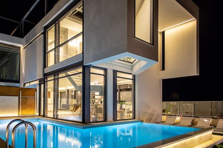 Minimal Villa, 4BD, pool, 500m from sand!
