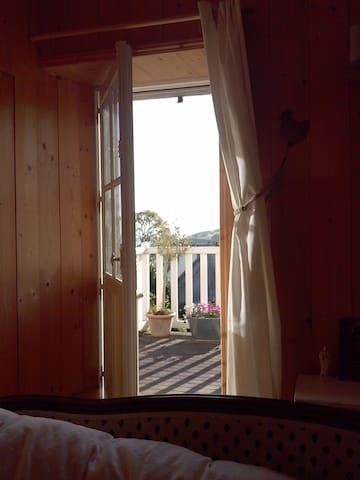 Rayons du soleil levant dans la chambre principale.