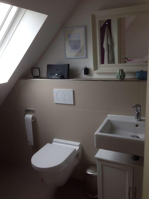Das Badezimmer ist auch frisch renoviert. Es gibt eine begehbare Dusche mit Rainshower und Glastür und das Fenster ist mit Blick auf den schönen Garten