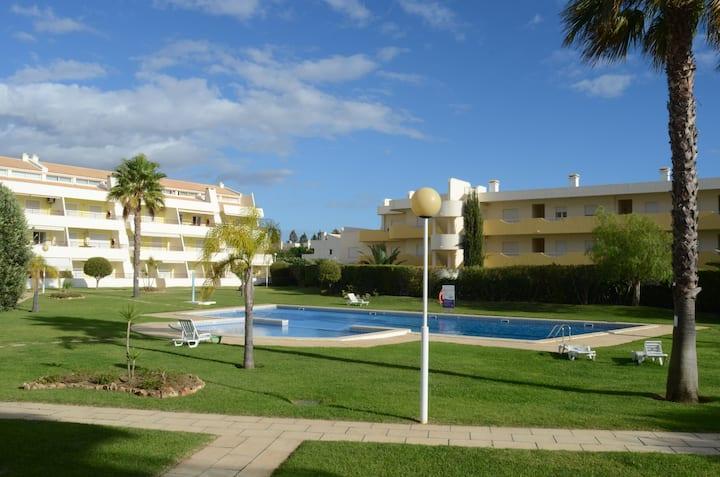 Apartamento com Piscina, Praia e Golf
