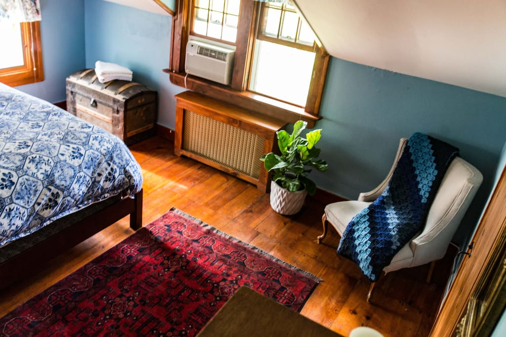 UPSTAIRS BEDROOM #1: A/C for the warm months & wifi throughout all rooms.