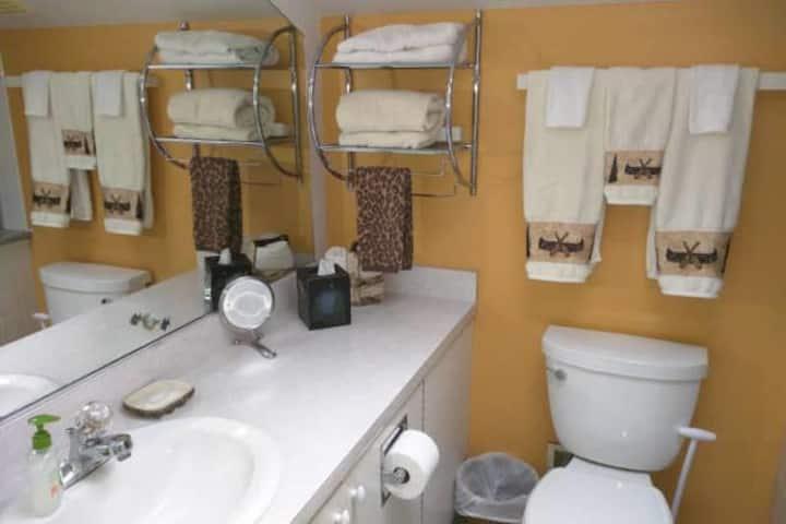 Sky Studio: King+Twin beds en-suite, kitchen