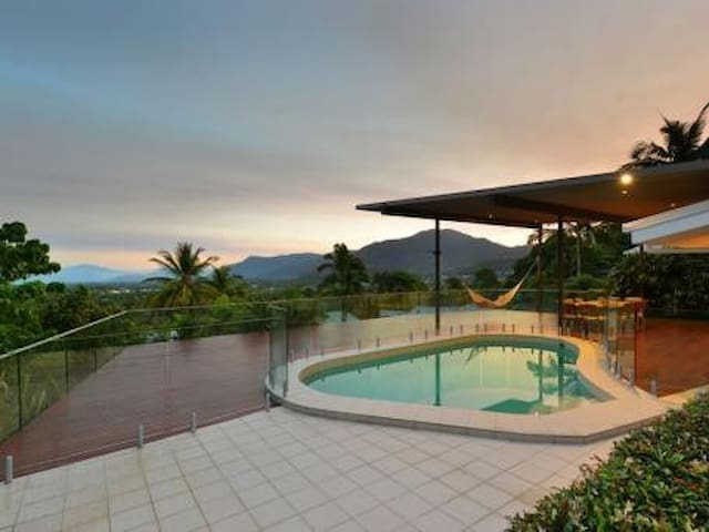 Highview Holiday House - 4 bedrooms, sleeps 10.
