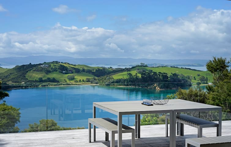 Waiheke luxury villa with STUNNING VIEWS + car