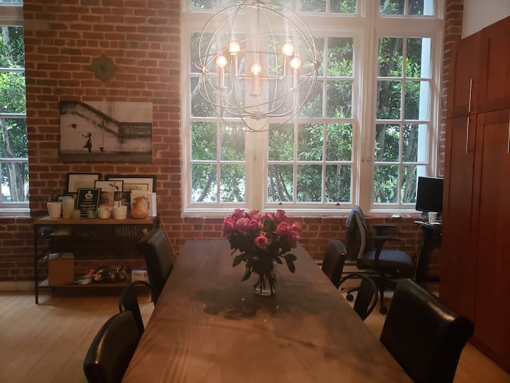 Huge Brick Loft, Walking Distance from Bay