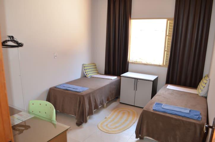 Quarto 3 - 2 Camas Box de Solteiro, arara para roupas, escrivaninha, ambiente com boa ventilação/iluminação natural