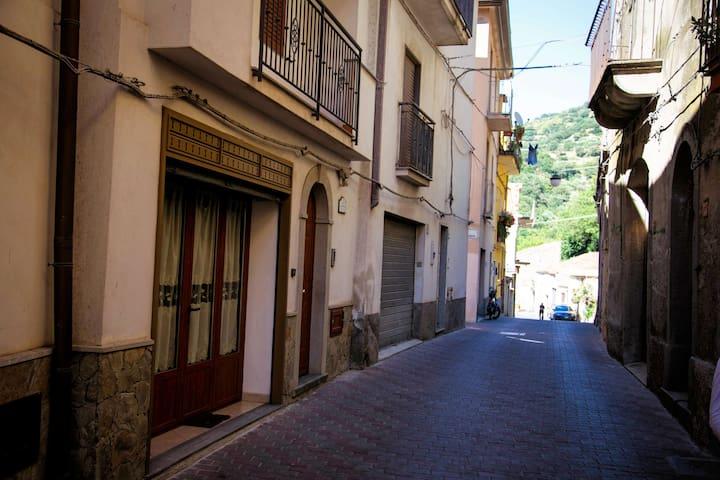 Mirko House - Motta Camastra - Talo