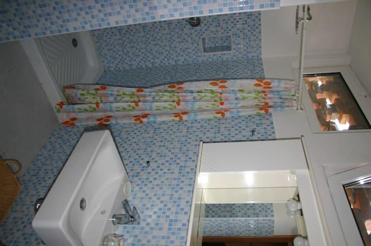 Lo spazioso bagno con doccia