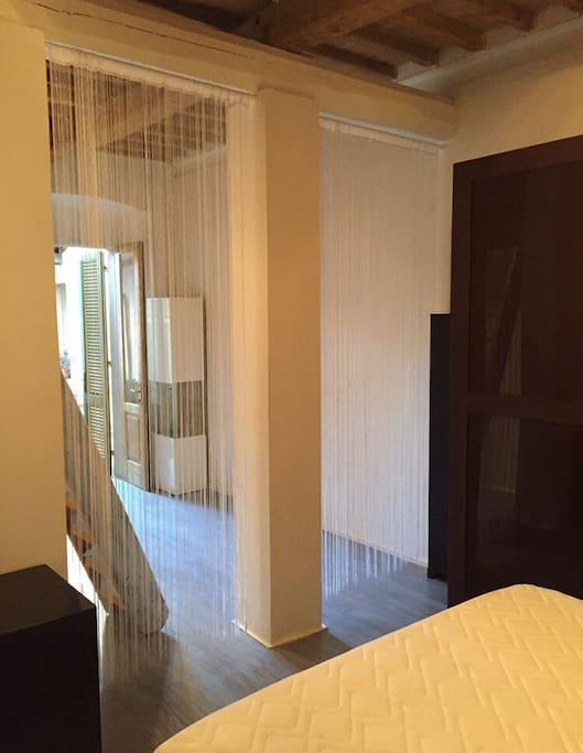 vista dell'ingresso dove c'è divano letto singolo e scaletta x soppalco