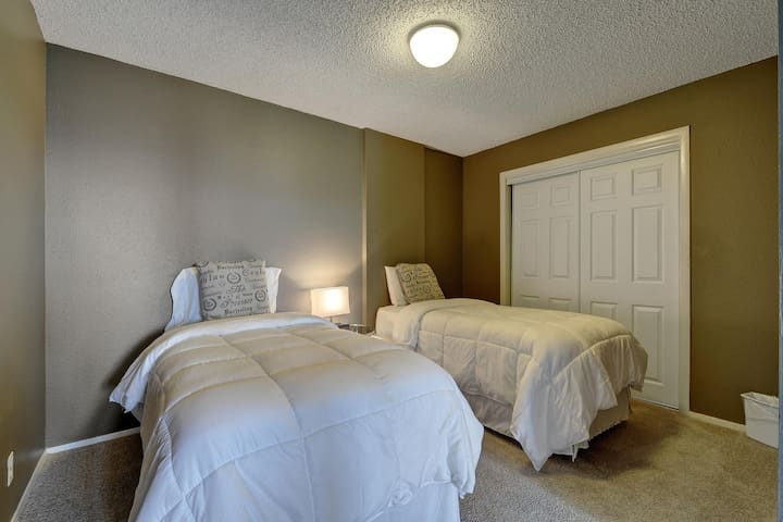 2 twin beds upstairs
