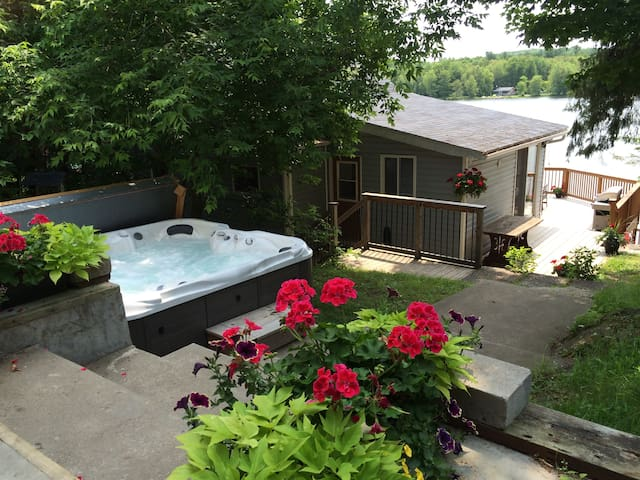 Cottage with Hot Tub near Ottawa!