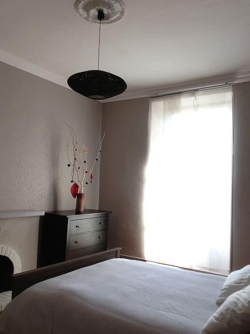 La chambre la plus grande, dispose également d'un canapé-lit une place confortable et de deux commodes de rangement.