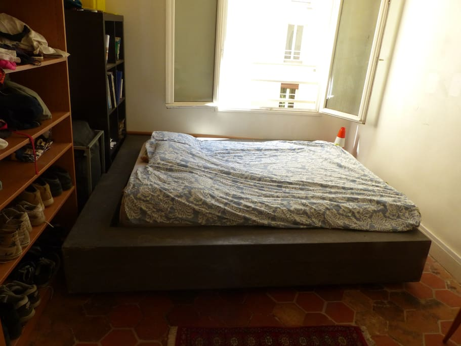 Chambre  ensoleillée lit king size; rangements, bibliothèque