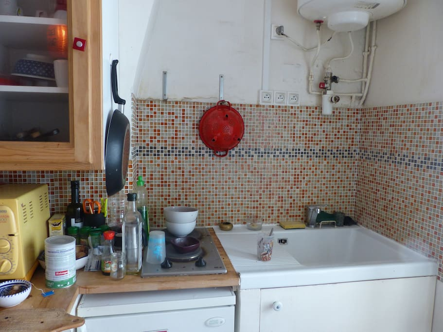 Cuisine toute équipée; four; plaques; machine à laver; bouilloire; frigo; vaisselle; rangements