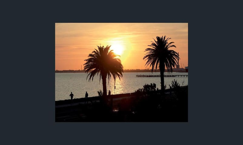 Sunset over the Port Philip Bay.... 1 minute away!