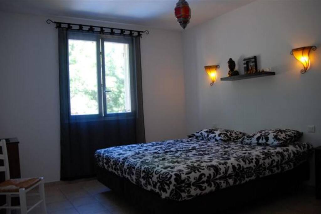 vier ruime slaap kamers dit is Kamer Budha met eigen wastafel