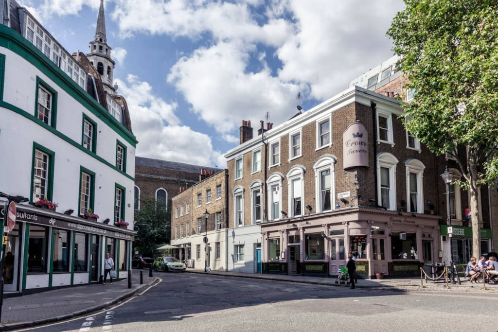 Clerkenwell Green has an open-air European vibe, as well as a neighbourly atmosphere and historic buildings