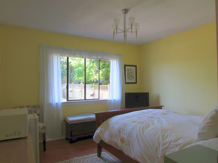 Campbell Cottage - Queen Room close to downtown