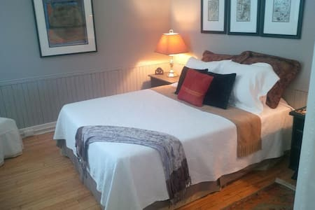 Academy B&B - Gallery Suite - Bath - Bed & Breakfast