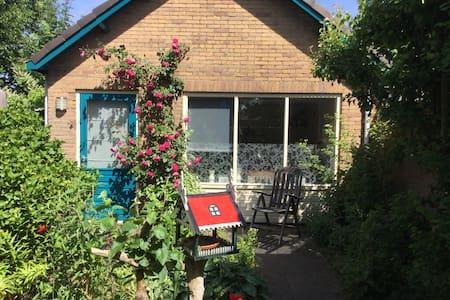 Cottage: charmante besloten rustig - Egmond-Binnen - Kisház