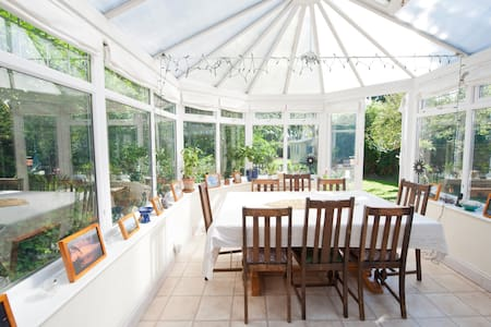 House with large garden near London - Windlesham