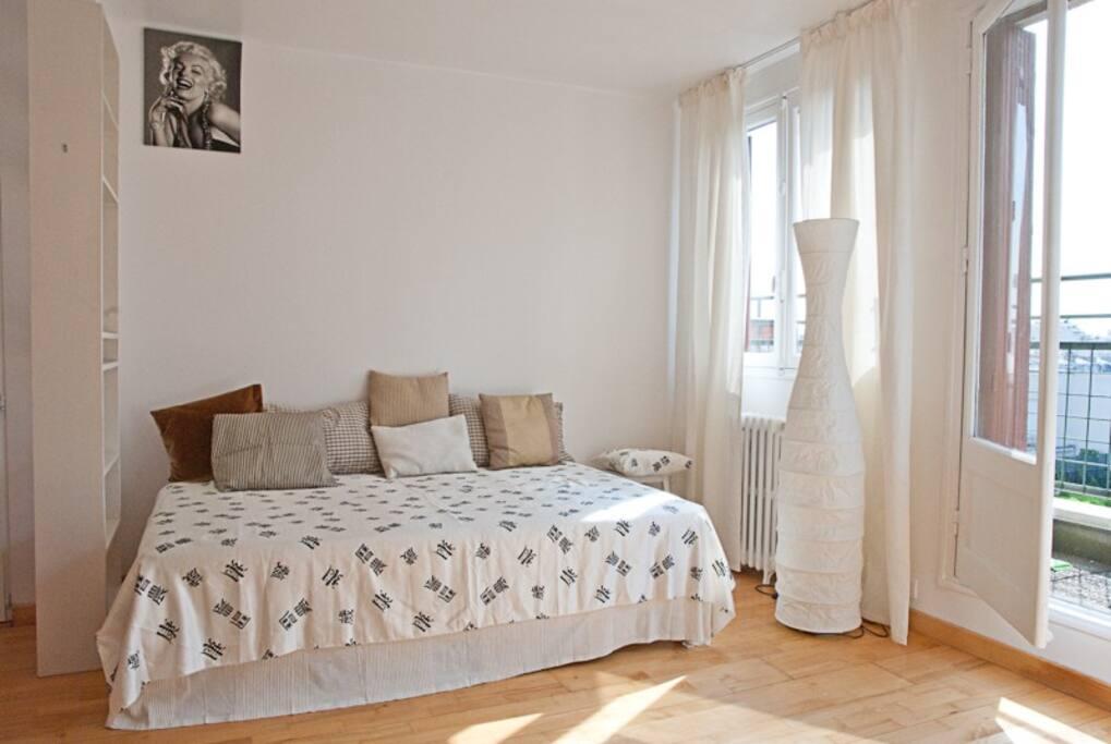 l'espace chambre avec le lit 2 places donnant sur le balcon et terrasse