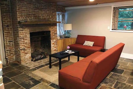 Charming Historic Suite—Private Entrance—Downtown