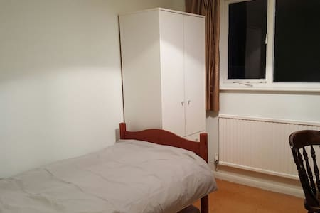 A cosy, spacies single room - Guildford,  - Rumah