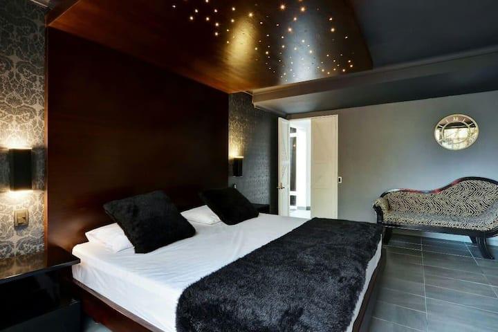 7 BEDROOM LUXURIOUS MODERN PRIVATE VILLA