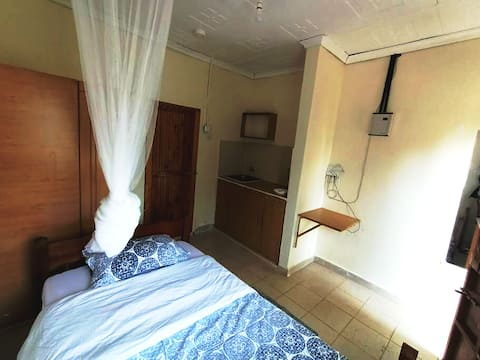 Detached 2guestrooms in quiet secure gated estate.