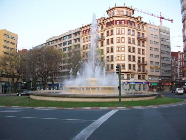 Fuente de Cuatro Caminos en la avenida del piso.