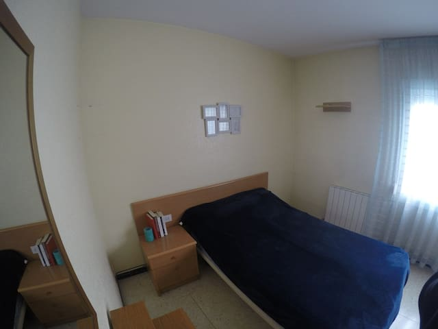 Cozy double bedroom. Near Barcelona Center :)
