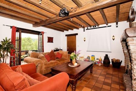 Mooie, authentiek ingerichte villa met privézwembad, sauna,poolbar en grote tuin