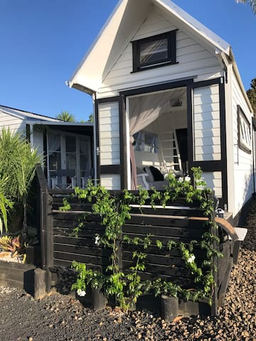 The Black Blonde Baches, fab Tiny home Glamping