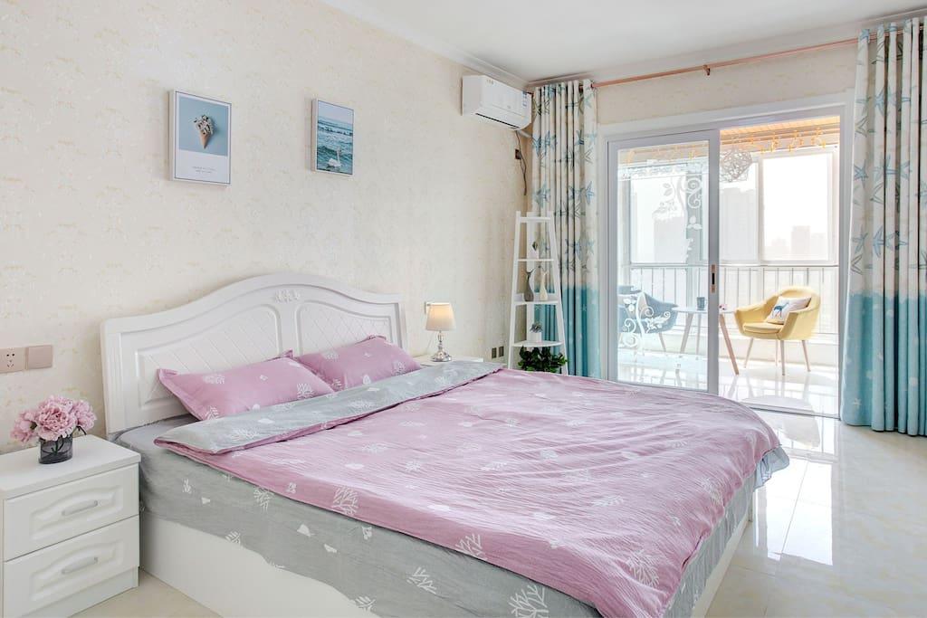 宽敞舒适的卧室,1.8大床,让您睡得更舒服。