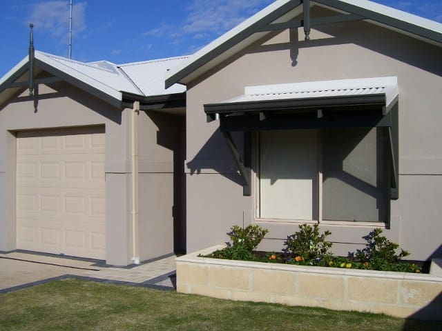 Bunbury Contractors/Holiday Unit - lock up garage