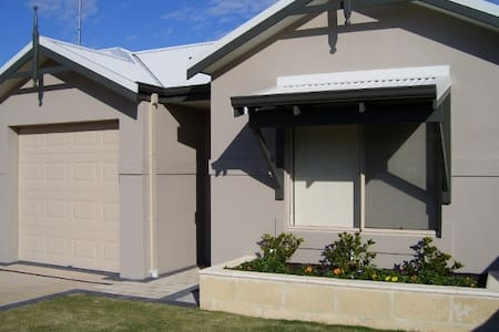 Bunbury Contractors/Holiday Unit - lock up garage - South Bunbury - Rumah