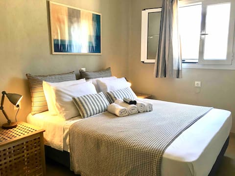 Idyllic sunny 2-bed beach house (B)
