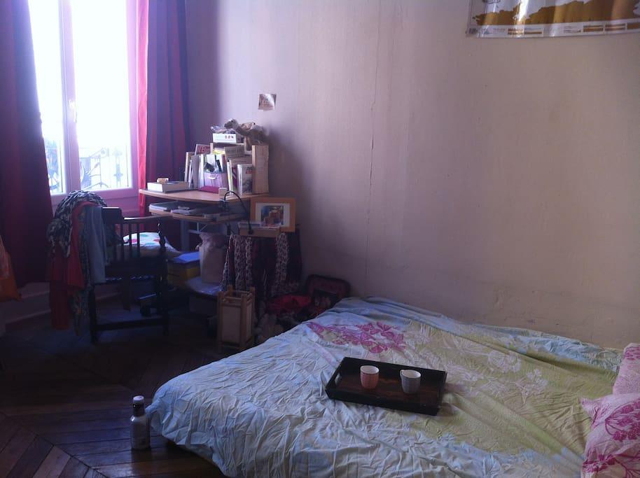 Chambre douillette avec deux grandes fenêtres !