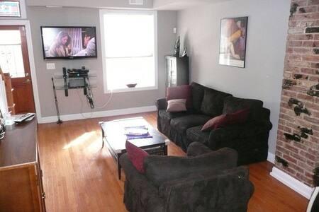 Master Bedroom in U St. Rowhouse - Washington - House