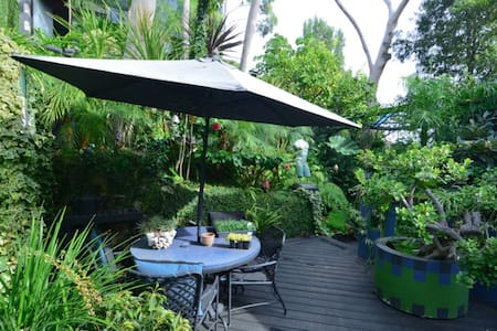 HOLLYWOOD HILLS LUSH GARDEN OASIS! - Los Angeles - Apartment