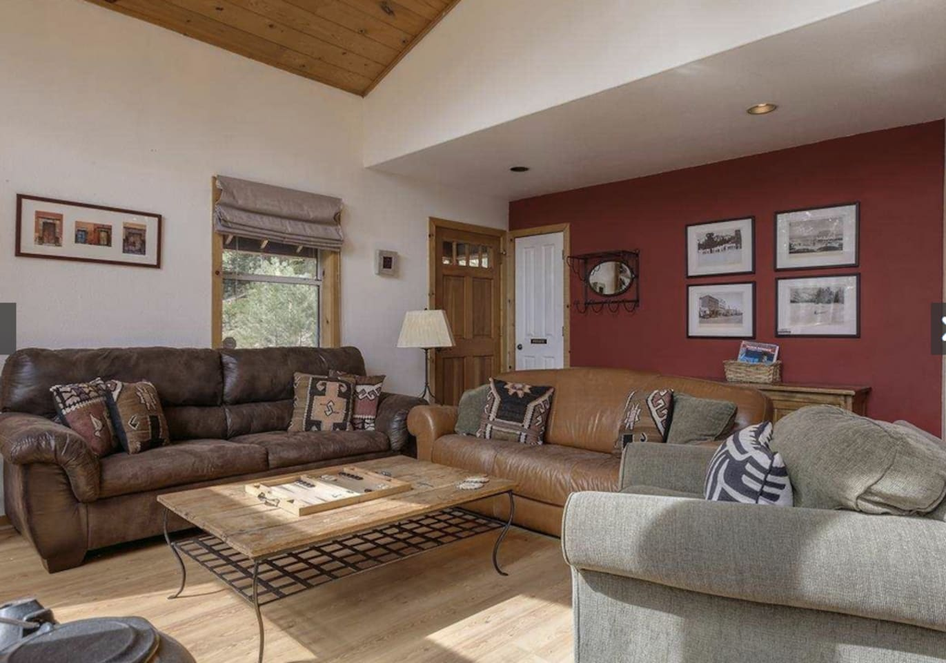 Cozy lounge room with cable TV, wireless internet and sofa bed (sleeps 2)